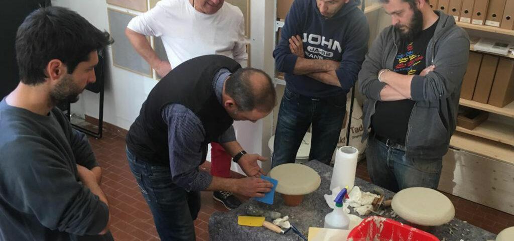 Maestro artigiano della tecnica del Tadelakt di Banca della Calce