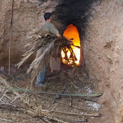 Cottura della calce nella fornace a Marrakech con Banca della Calce