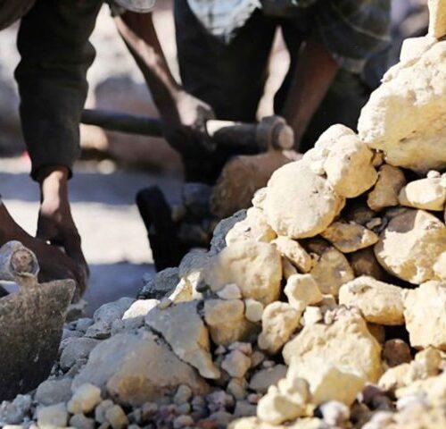 Selezione del calcare per le fornaci della calce a Marrakech con Banca della Calce