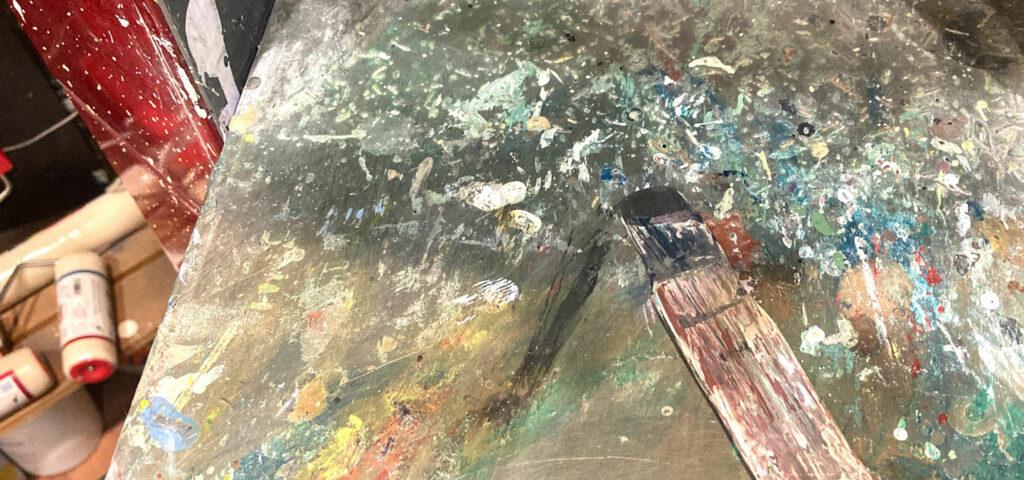 tavolozza con colori per pittura