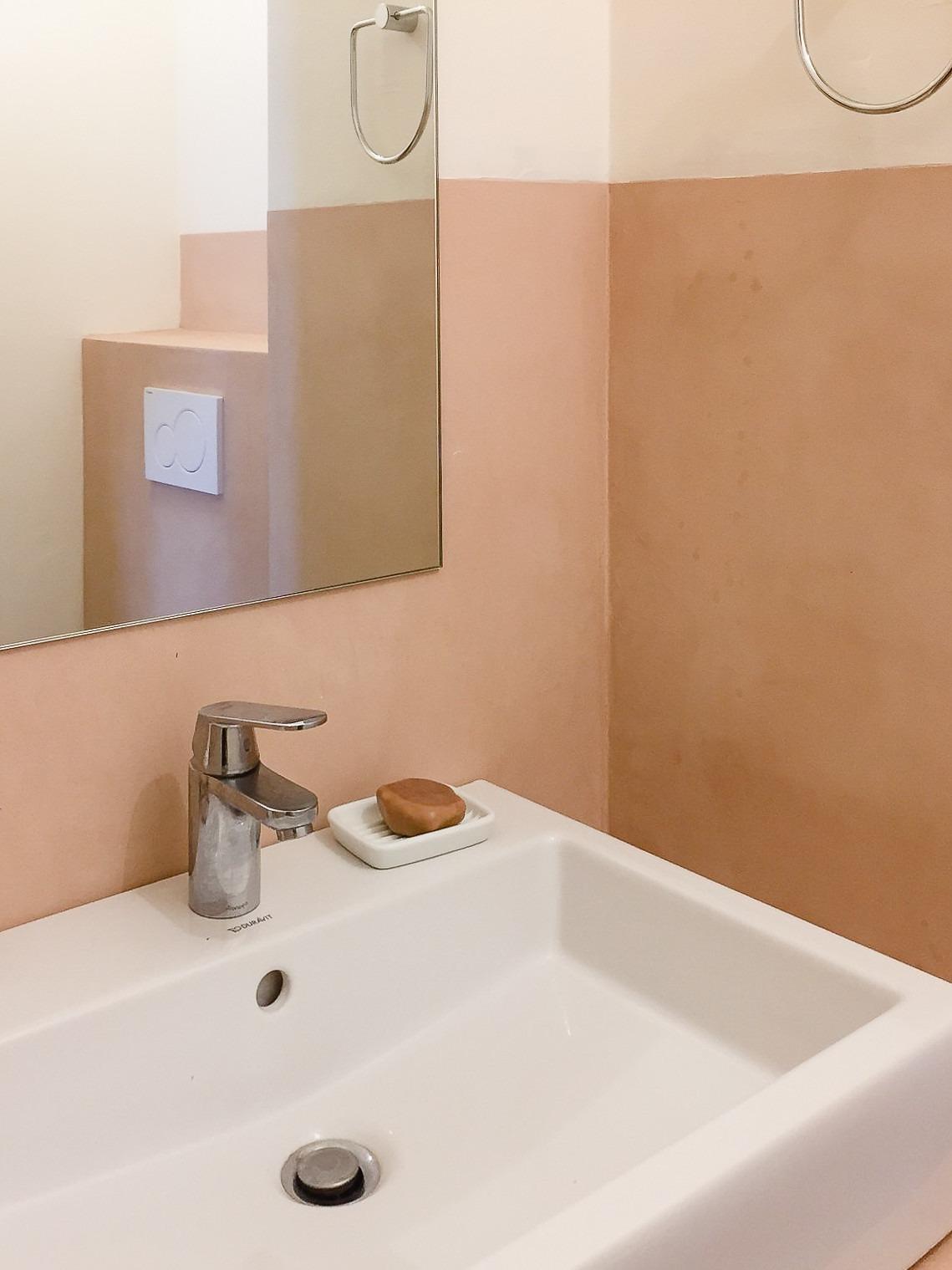 bagno realizzato con intonaco a cocciopesto